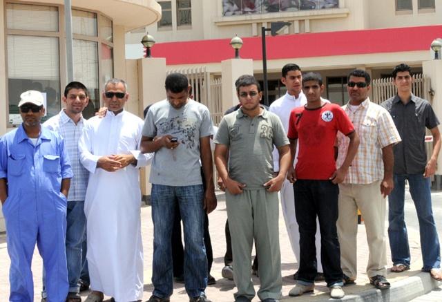 عدد من أهالي كرزكان خلال تواجدهم أمام مبنى الجهاز المركزي للمعلومات أمس   (تصوير: محمد المخرق)