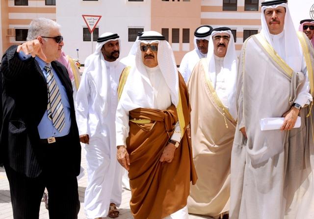 سمو رئيس الوزراء خلال زيارته إسكان البديع أمس     (بنا)
