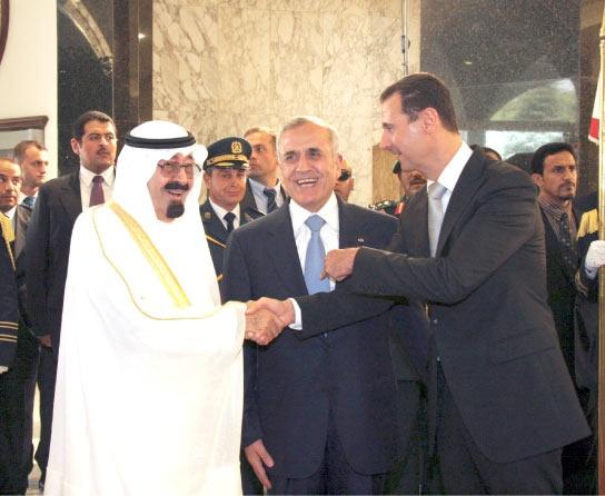 خادم الحرمين  والرئيسان السوري واللبناني أثناء اجتماعهم في القصر الرئاسي في بعبدا أمس (رويترز)