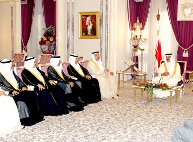 عاهل البلاد لدى استقباله عائلة بن رجب في قصر الصافرية أمس  (بنا)