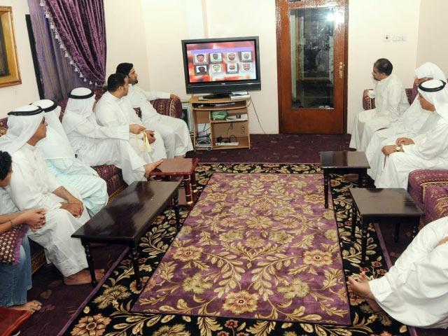 مواطنون يتابعون ما عرضه تلفزيون البحرين أمس عن «المخطط الإرهابي»   (تصوير: محمد المخرق