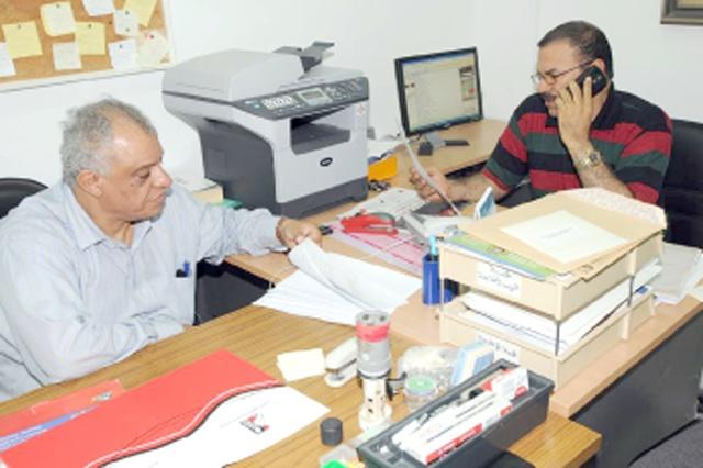 الأمين العام للجمعية البحرينية لحقوق الإنسان ونائبه عيسى الغائب أثناء تلقيهما قرار وزارة التنمية (تصوير: محمد المخرق)