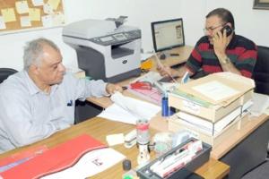 الأمين العام للجمعية<br />البحرينية لحقوق الإنسان<br />ونائبه عيسى الغائب أثناء<br />تلقيهما قرار وزارة التنمية<br />(تصوير: محمد المخرق)