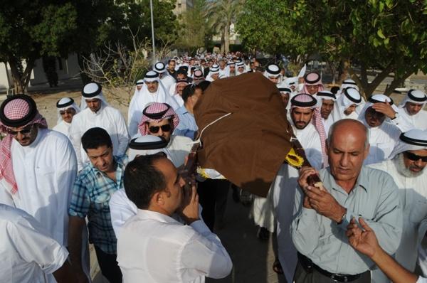 جموع غفيرة تشيّع الوجيه عبدالله كانو إلى مثواه الأخير بمقبرة المنامة (تصوير: عقيل الفردان)