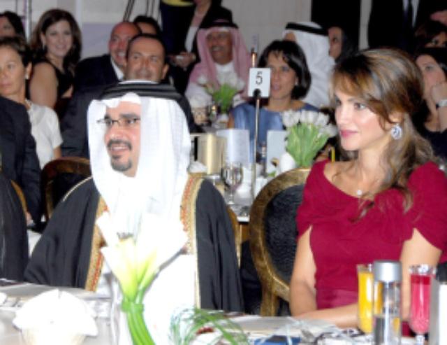 سمو ولي العهد والملكة رانيا والشيخ عبدالله بن حمد أثناء حضورهم الحفل الخيري لدعم مدرستي فلسطين
