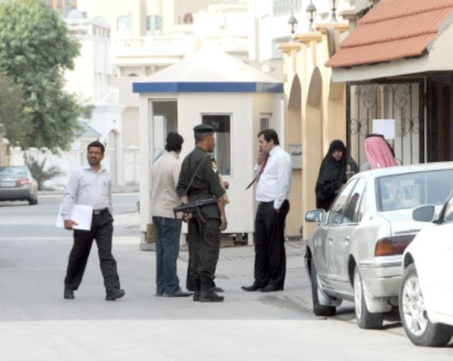 تردد عشرات المواطنين على السفارة العراقية لاستصدار تأشيرات دخول العتبات المقدسة                   (تصوير: محمد المخرق)