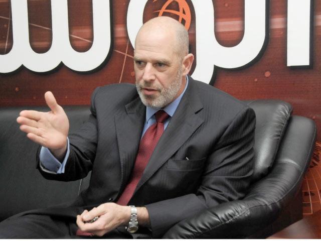 السفير الأميركي في المنامة آدم إيرلي أثناء حديثه مع «الوسط»  . (تصوير: محمد المخرق
