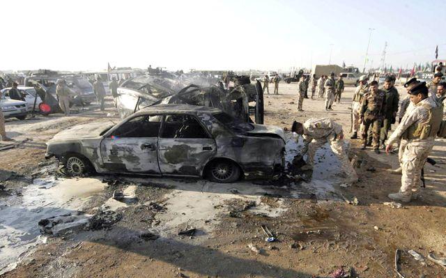 الشرطة تفحص موقع الانفجار الانتحاري في كربلاء         (رويترز)
