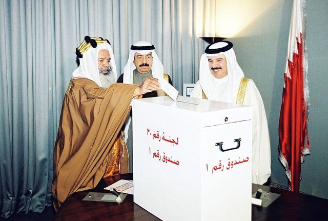 العاهل وسمو رئيس الوزراء والمغفور له سمو الأمير  الشيخ محمد بن سلمان آل خليفة يشاركون في التصويت