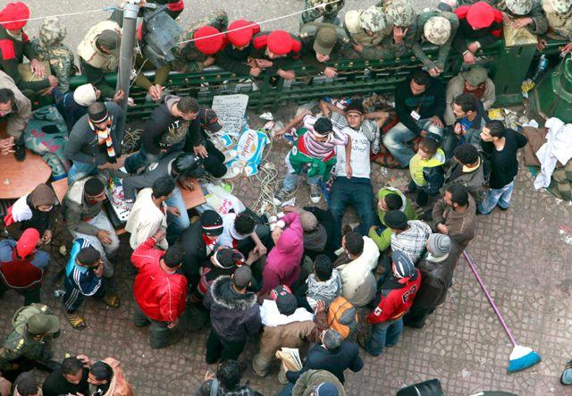القوات المسلحة والمعتصمون في ميدان التحرير أمس (رويترز)