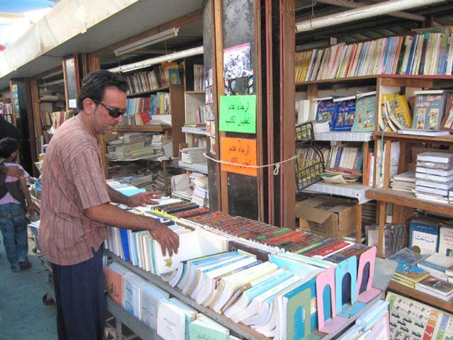 صلاح حسين يرتب الكتب في مكتبته