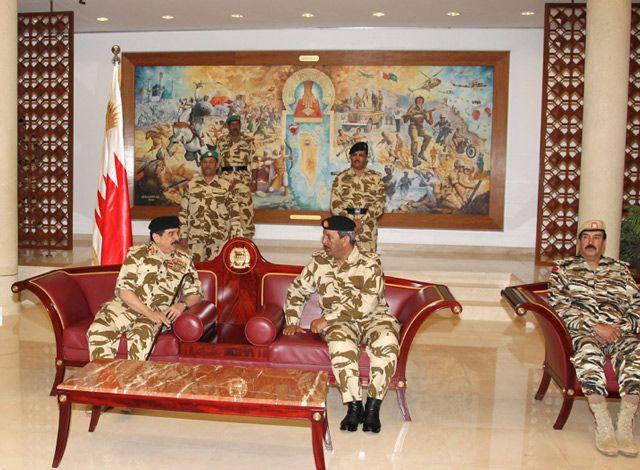 عاهل البلاد لدى زيارته القيادة العامة لقوة دفاع البحرين (بنا)