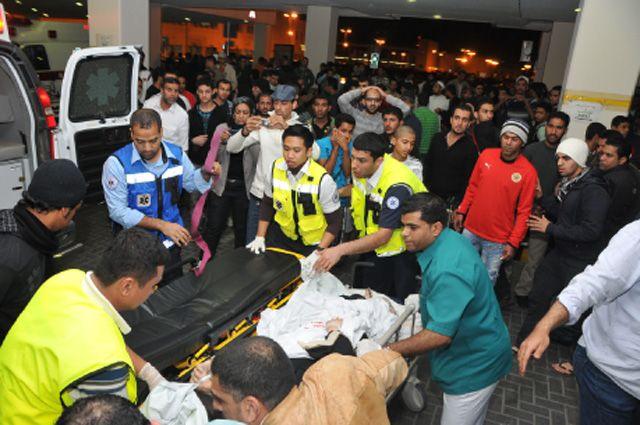 المسعفون يحاولون إسعاف امرأة أغمي عليها خلال الاعتصام أمام الطوارئ
