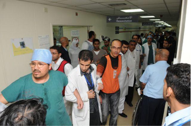 الأطباء والممرضون في سلسلة بشرية داخل «الطوارئ»