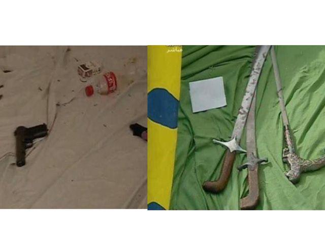 السيوف والأسلحة والذخيرة التي تقول وزارة الداخلية إنها عثرت عليها لدى المعتصمين