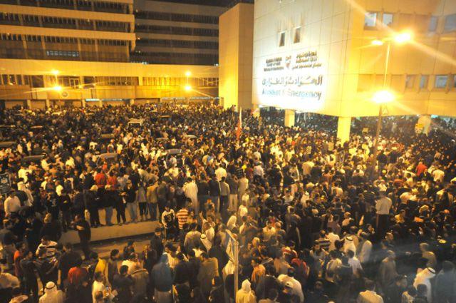آلاف المواطنين احتشدوا أمام طوارئ السلمانية بعد أحداث أمس الدامية