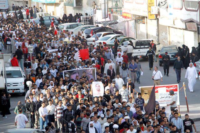 علم البحرين رفرف في مسيرة تأبين مشيمع التي خرجت من الديه إلى مقبرة الإمام في جدحفص
