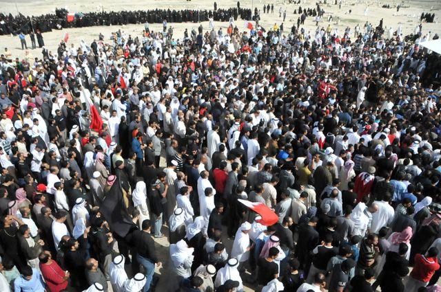 حشود ودعت  الحاج عيسى أحد ضحايا خميس البحرين الدامي
