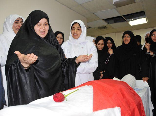 زوجة الشهيد عبدالرضا تقف على جسده بعد إعلان نبأ وفاته في مجمع  السلمانية الطبي  أمس