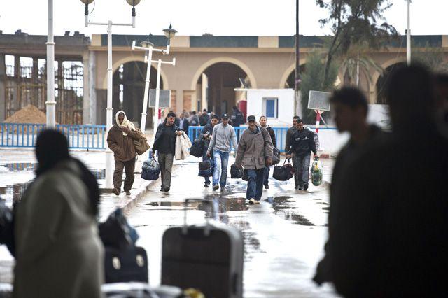 مواطنون تونسيون يفرون من ليبيا على الحدود   (أ. ف. ب)
