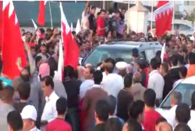 السيدة البحرينية محاطة بالمتظاهرين قبالة المرفأ المالي أمس الأول