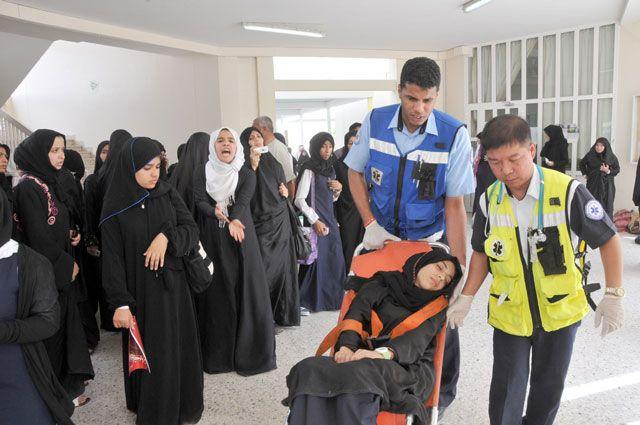 المسعفون ينقلون طالبة أغمي عليها بعد وقوع شجار ومشادات في ثانوية سار للبنات        (تصوير:  محمد المخرق