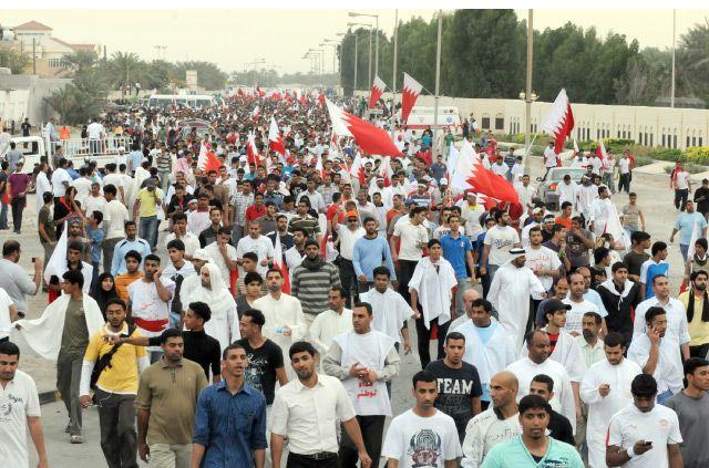 محتجون يمرون أمام قصر الصافرية في مسيرة حاشدة أمس