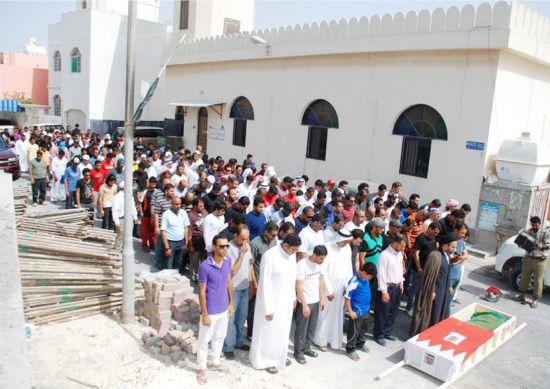 سيد ياسر الساري يؤم المشيعين في الصلاة على جنازة الفقيد عزيز عياد