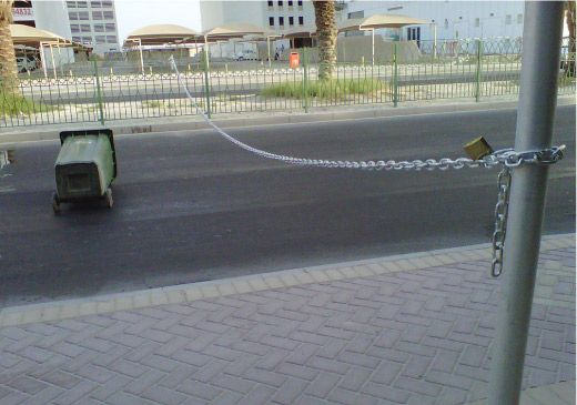 إغلاق الشارع المؤدي إلى مجمع الدانة بالسلاسل
