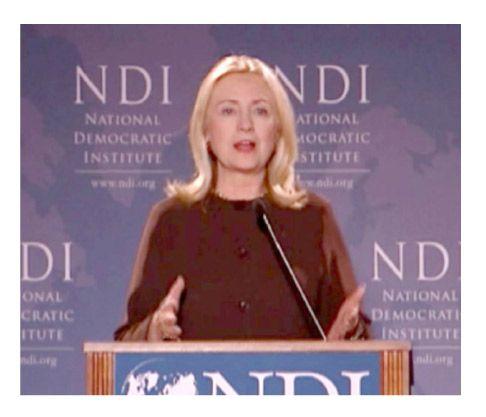 هيلاري كلينتون أثناء إلقاء كلمتها في المعهد الوطني الديمقراطي بواشنطن أمس الأول