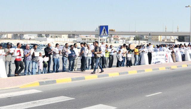 اعتصام المفصولين عن العمل أمام مبنى وزارة العمل أمس - تصوير : محمد المخرق