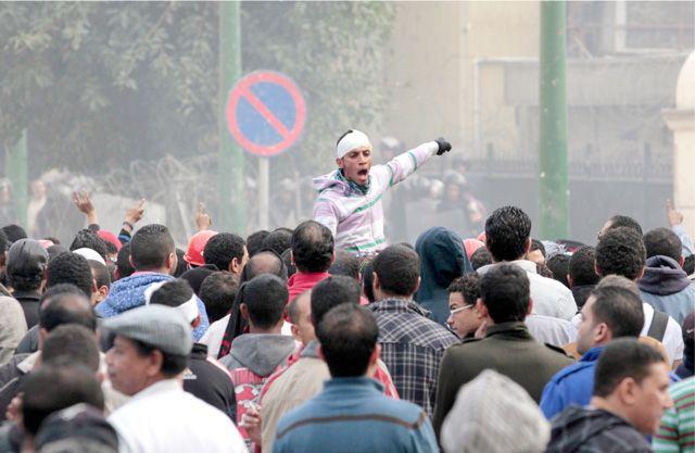 متظاهرون يستعدون للاشتباك مع قوات الأمن في القاهرة