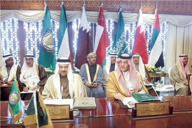 وزير الخارجية السعودي يجلس بقرب أمين عام مجلس التعاون أثناء اجتماعات أمس
