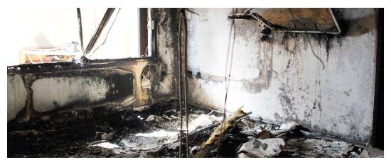 آثار الحريق في منزل العائلة البحرينية في الصالحية