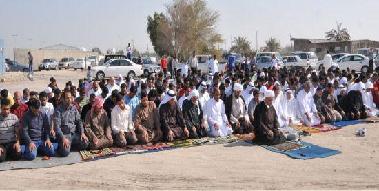 مصلون يؤدون صلاة الظهرين بموقع مسجد عين رستان في عالي-تصوير : محمد المخرق