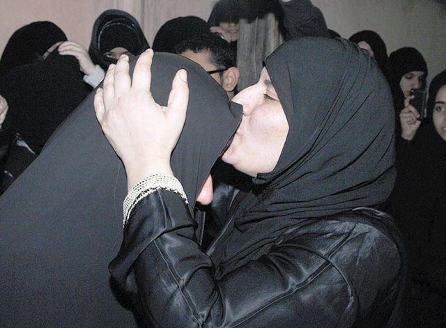 فضيلة المبارك تُقبّل رأس والدتها  - تصوير : محمد المخرق