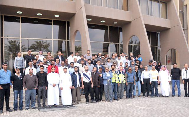 عدد من المفصولين خلال تجمعهم في وزارة العمل أمس