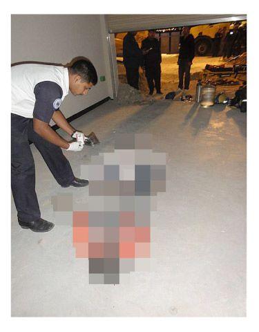 الجهات الأمنية لدى انتشالها جثة العامل الآسيوي