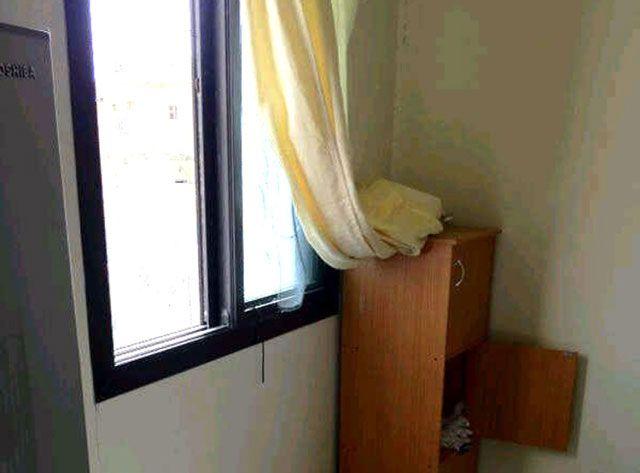 النافذة التي اخترقتها عبوة مسيل الدموع