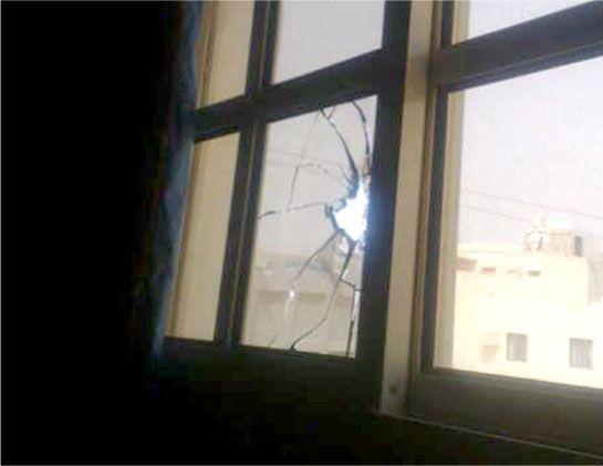 طلقة مسيل الدموع اخترقت نافذة غرفة شقيق المتوفى