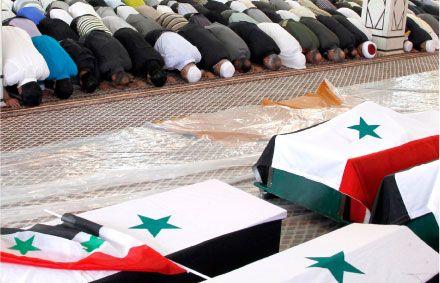سوريون يقيمون صلاة الجنازة على الضحايا الذين قتلوا يوم الخميس في هجوم انتحاري