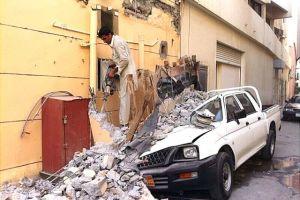 أضرار بسيارتين بعد سقوط أجزاء من مبنى ...