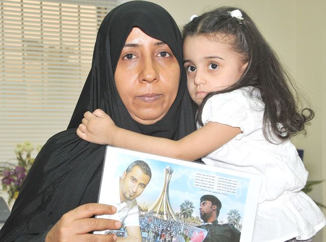 والدة علي الغانمي تعرض صورته مطالبة بالإفراج عنه
