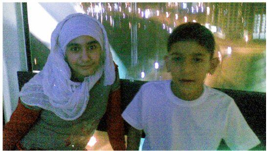 الطفل علي حسن مع شقيقته