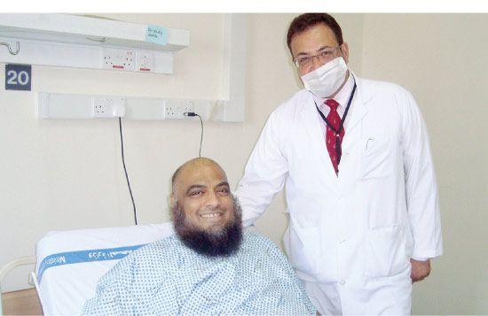 استشاري جراحة وأمراض الكلى والأوعية الدموية صادق عبدالله مع المريض الذي أجريت له العملية