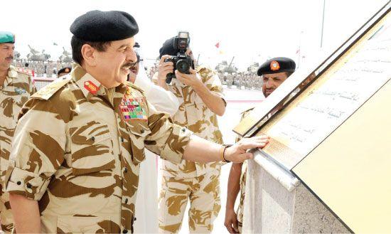 عاهل البلاد مفتتحاً «معسكر حفيرة» لدى زيارته كتيبة الدبابات الملكية أمس