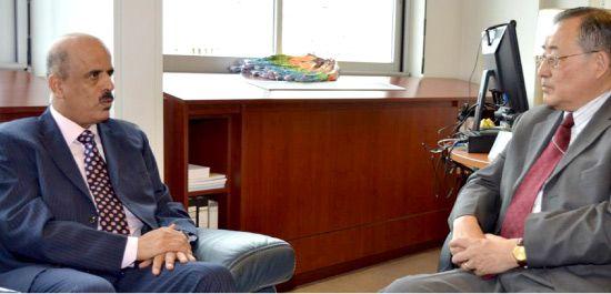 وزير التربية والتعليم ملتقياً نائب المدير العام للتربية بمنظمة اليونسكو تانغ كيون