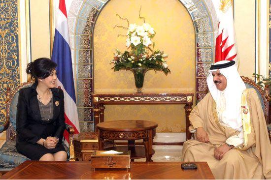 عاهل البلاد مستقبلاً رئيسة وزراء تايلند في مقر إقامته بالكويت