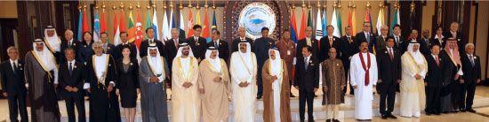 القادة المشاركون في القمة يقفون لالتقاط صورة تذكارية-afp