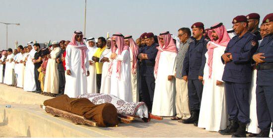 وزير الداخلية يشارك في الصلاة على جثمان الشرطي-بنا